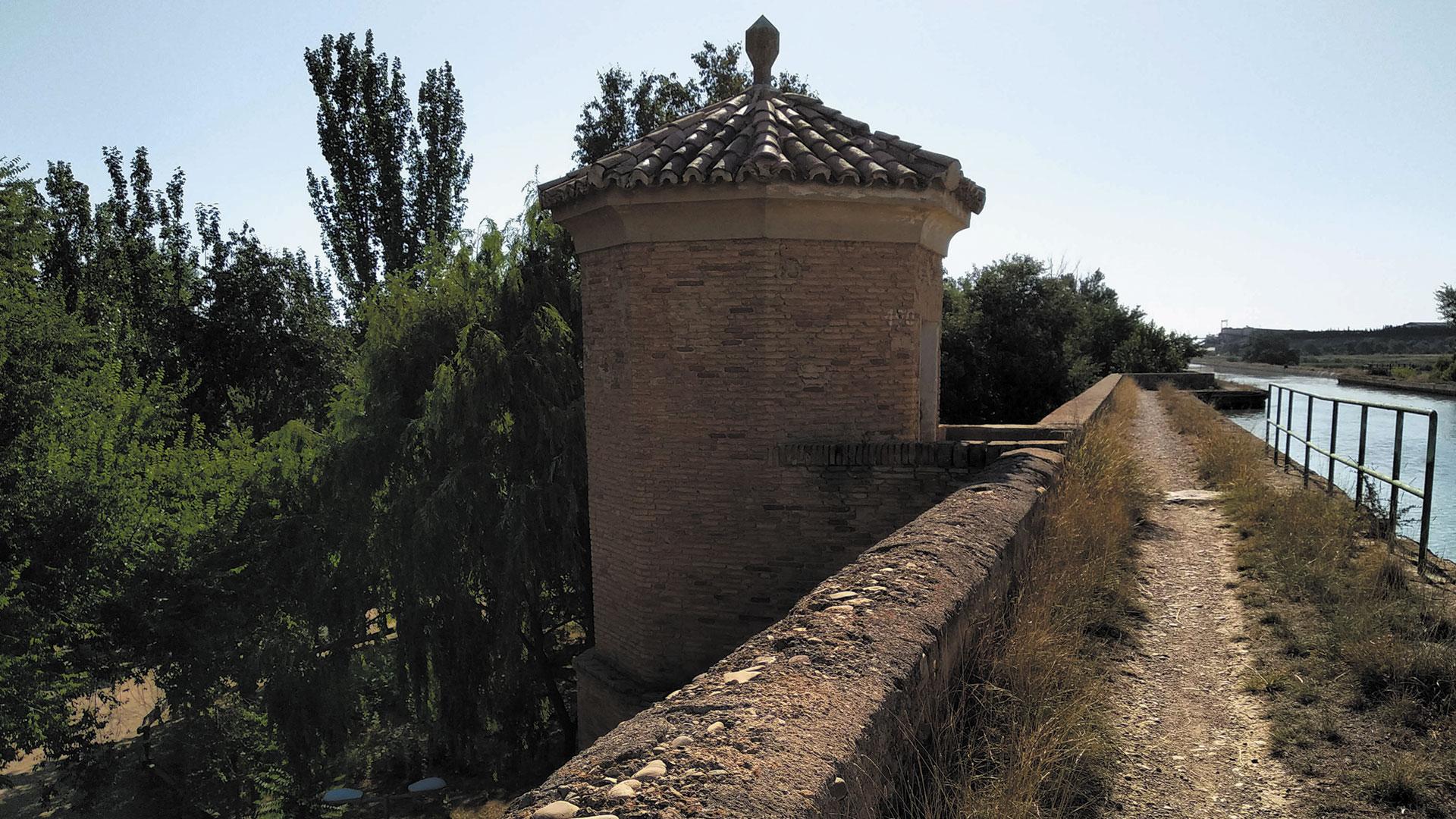 Torre que oculta las escaleras de acceso al nivel superior del canal imperial
