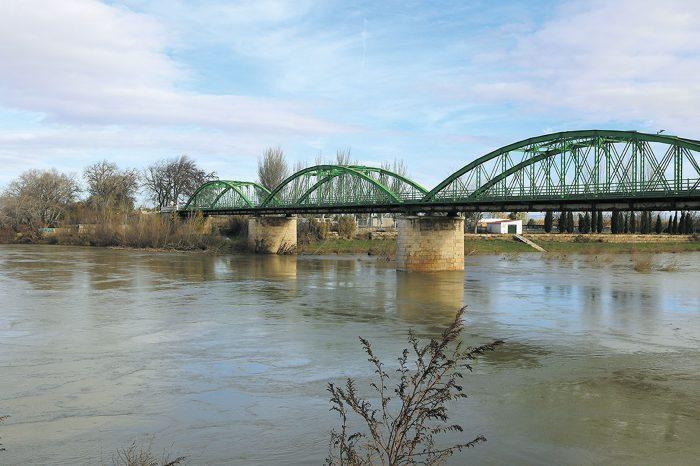 Puente de tres arcadas metálicas para el transporte en Gallur