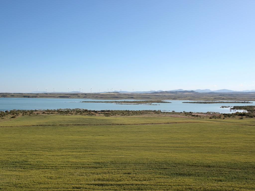 Vista del prado, agua y molinos en el embalse de la Loteta.