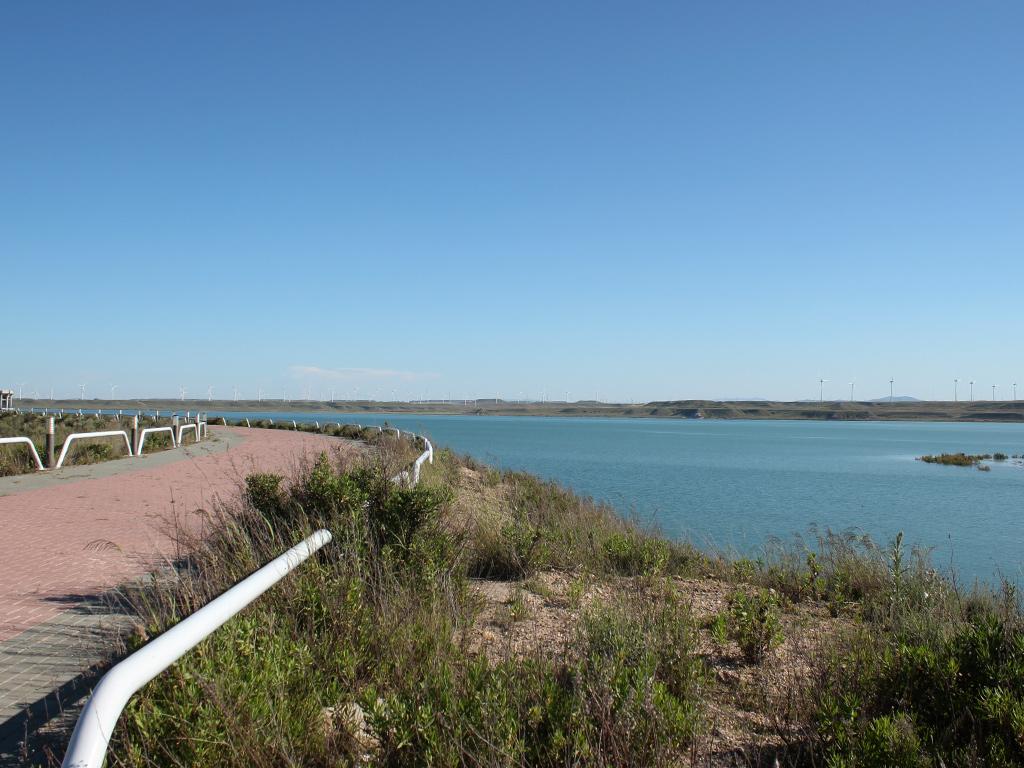Vista del paseo junto a la orilla del embalse de la Loteta