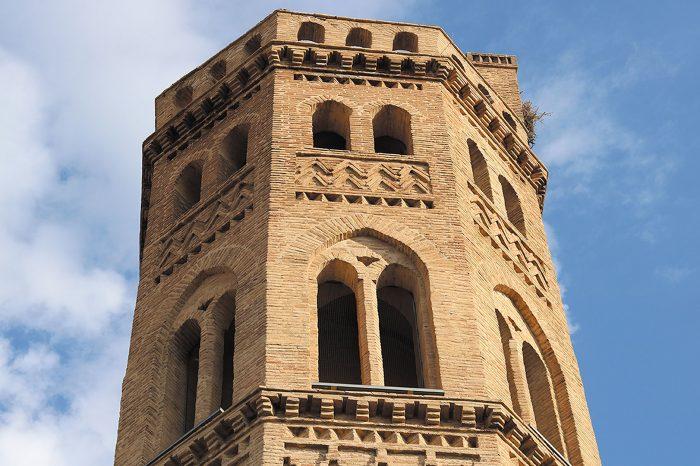 Detalle de la torre mudéjar de la iglesia de San Pedro Apóstol en Alagón