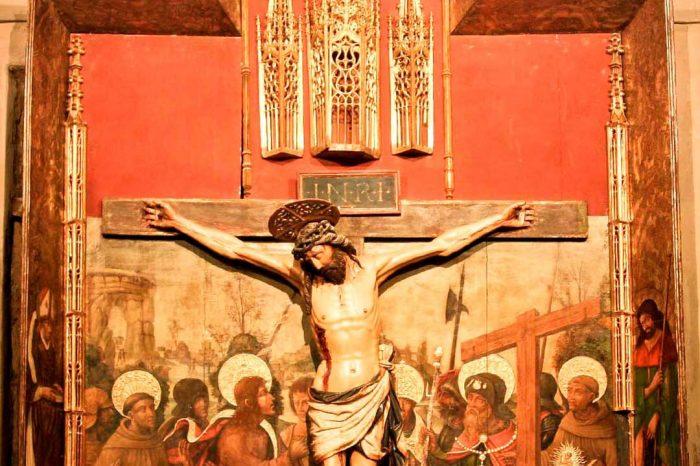 Ratablo en madera pilicromada del Cristo crucificado en la iglesia de San Pedro Apóstol de Alagón