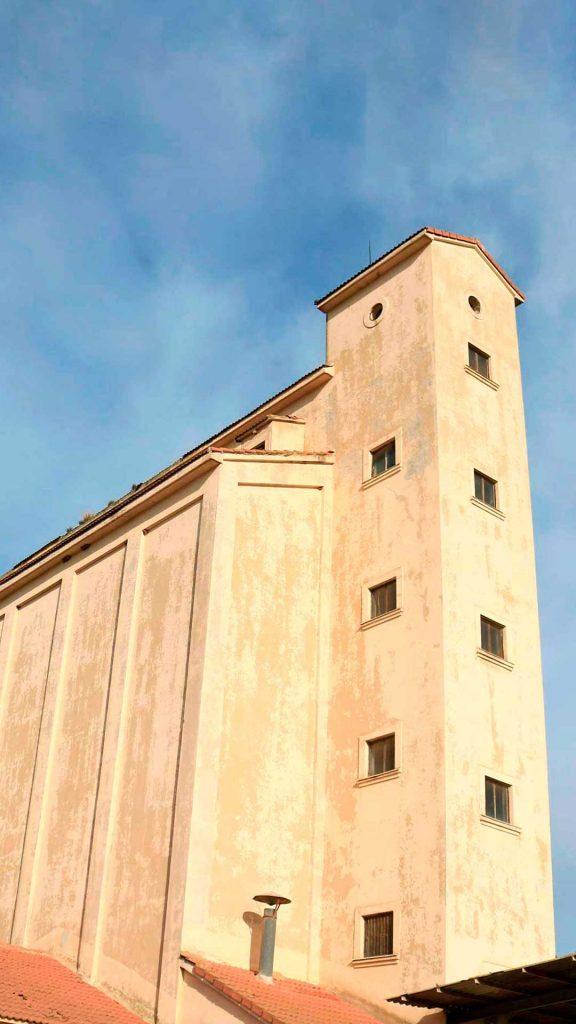 Fachada del silo de trigo de Alagón