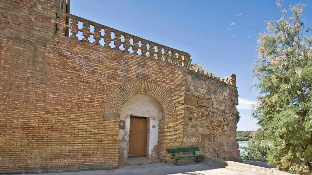 Casón de los duques de Villahermosa unido a los restos del castillo musulmán de Alcalá de Ebro.