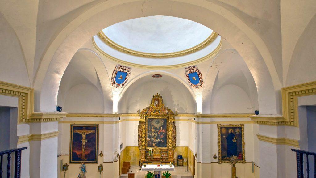 interior de la iglesia de la Santísima Trinidad en Alcalá de Ebro.