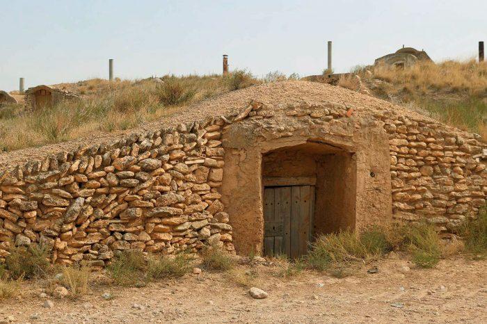 Exterior de una bodega en edificaciones en cuevas de Bárboles