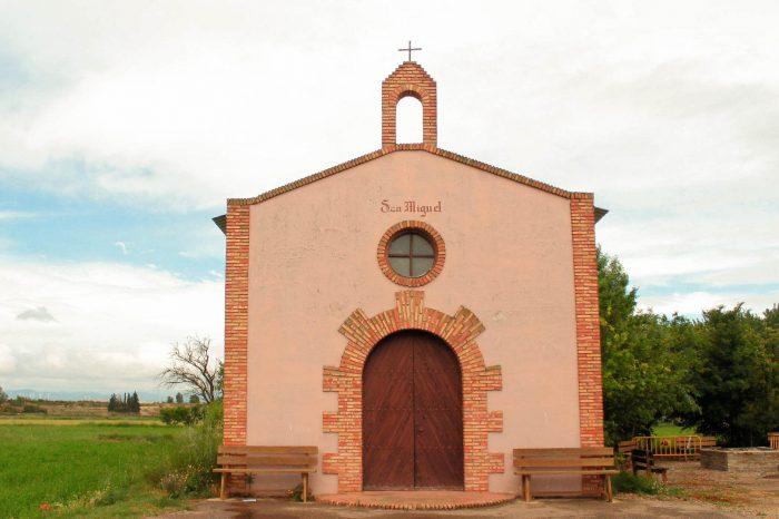 Fachada exterior de la ermita de San Miguel de Boquiñeni.