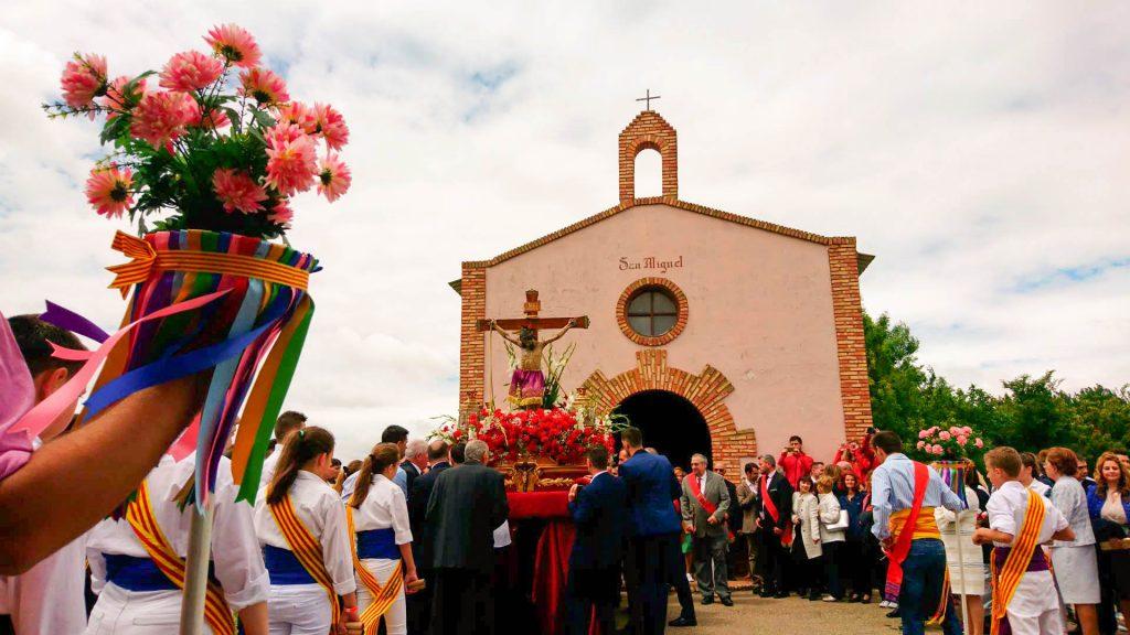 Ermita de san Miguel con un grupo de danzantes.