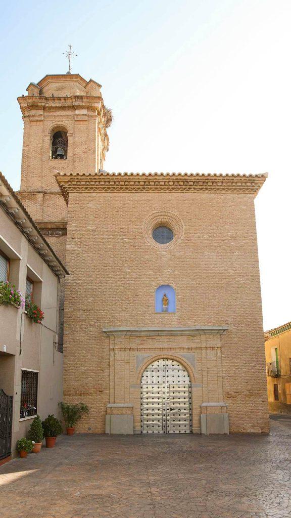 Exterior de la iglesia de san Ildefonso en Cabañas de Ebro