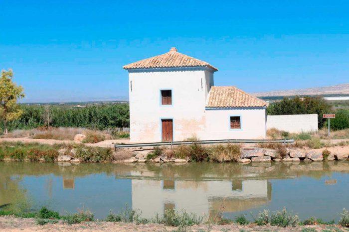 Exterior de la almenara de San Joaquín del Canal Imperial de Aragón en Figueruelas