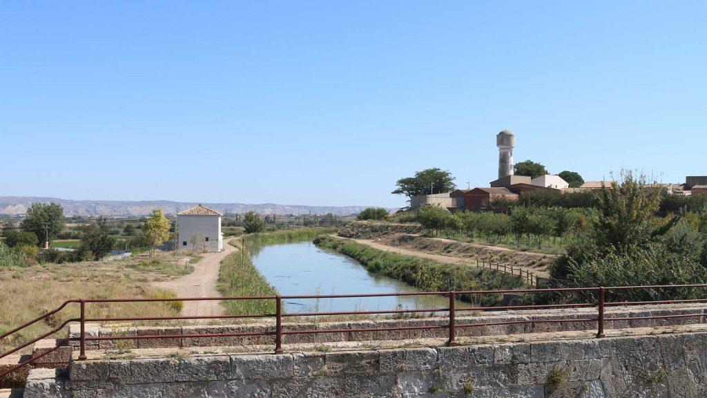 Vista panorámica del Canal Imperial de Aragón junto a la almenara de San Joaquín en Figueruelas