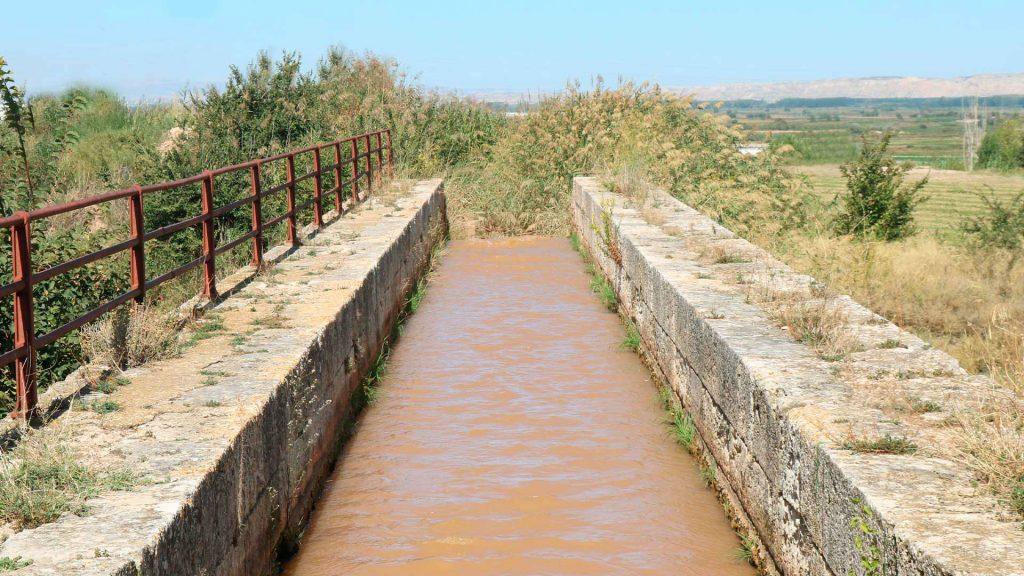 Vista frontal del puente de Barrullas de la acequia de Pedrola sobre el Canal Imperial de Aragón en Figueruelas