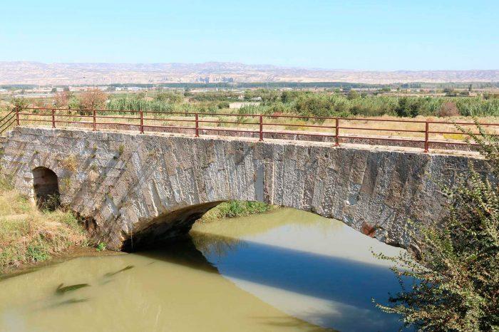 Vista lateral del puente de Barrullas de la acequia de Pedrola sobre el Canal Imperial de Aragón en Figueruelas