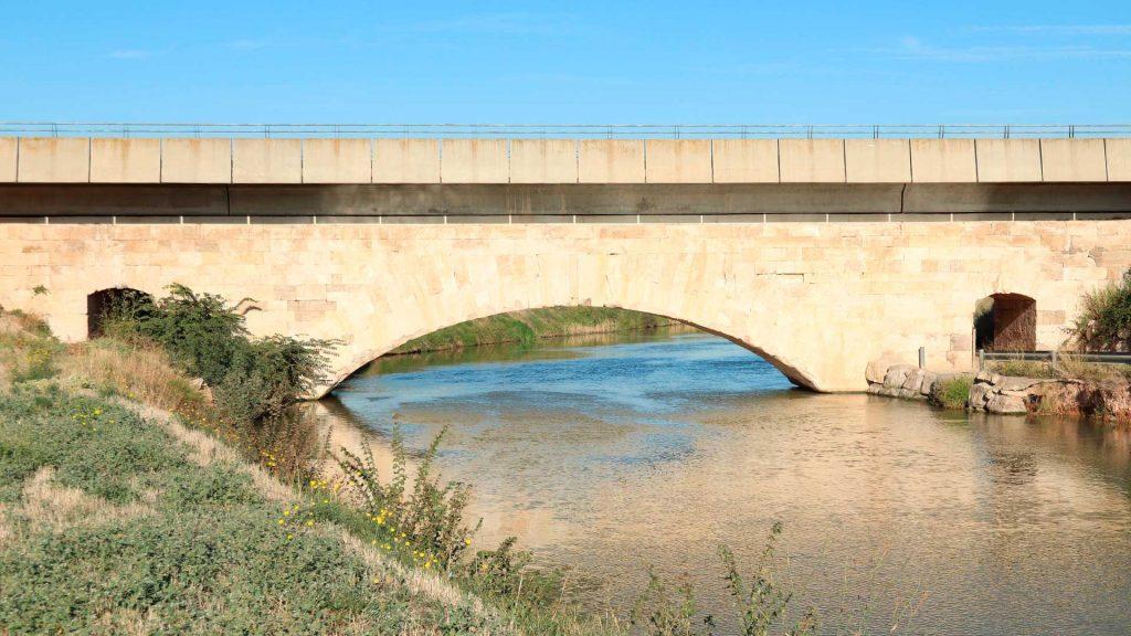 Puente y Casa de La Canaleta junto al Canal Imperial de Aragón en Luceni