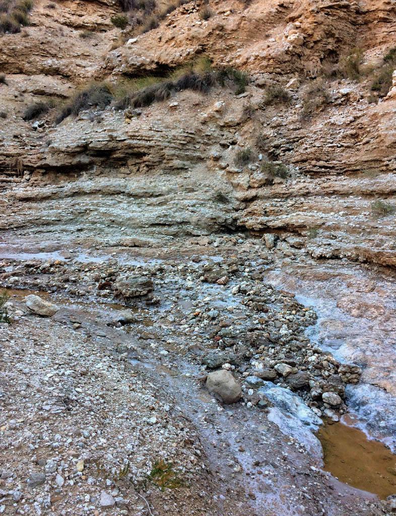 Sal, roca y agua en Remolinos.
