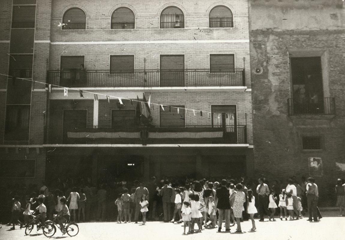 Imagen de Larraz en plaza de España frente al ayuntamiento en Pedrola
