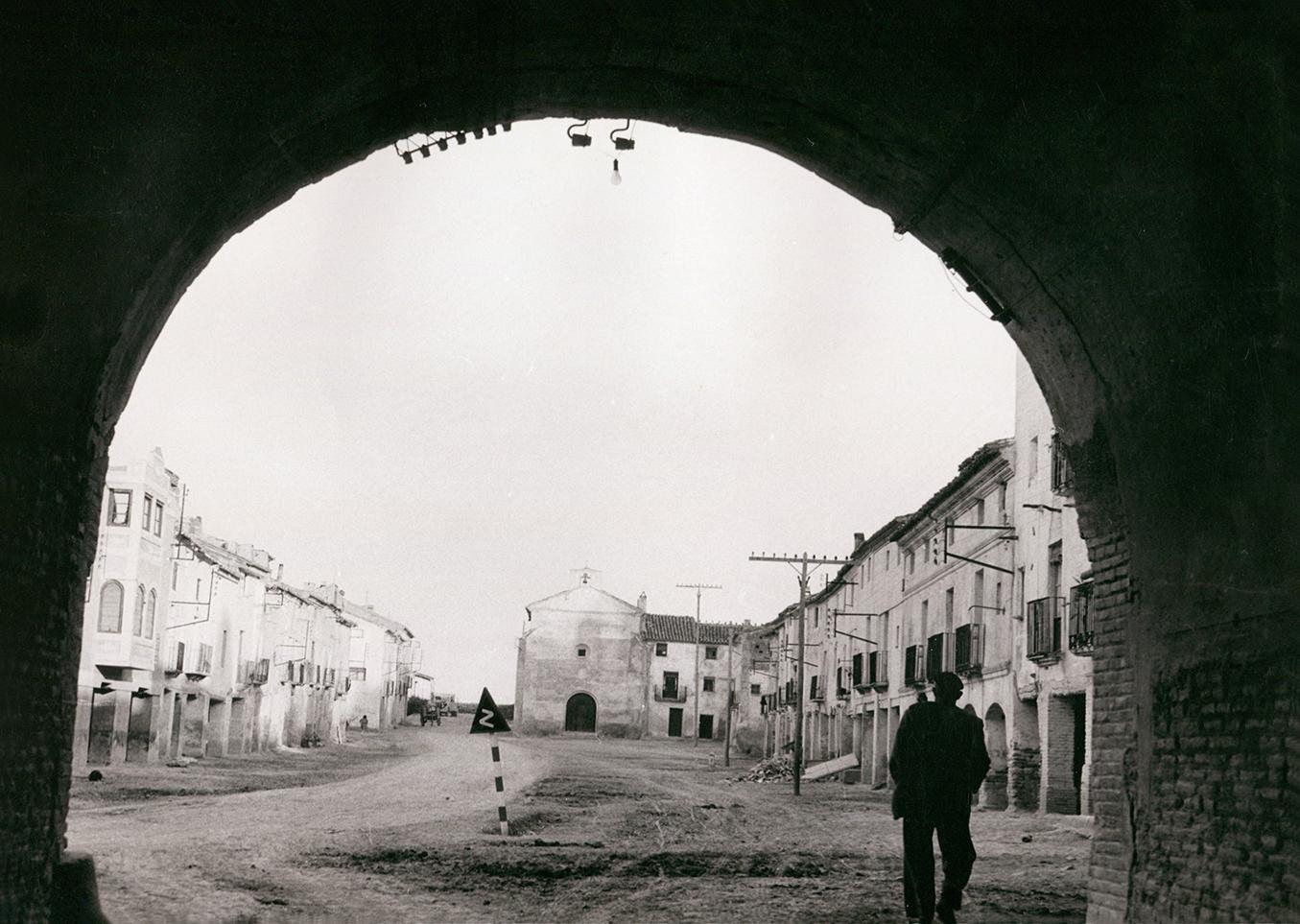 Imagen de Larraz en calle Rocasolano bajo el arco del palacio en Pedrola
