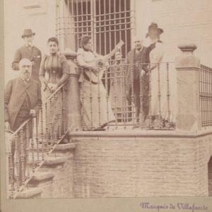 La familia del ducado de Villahermosa de Pedrola en la puerta del su palacio en dicha localidad.
