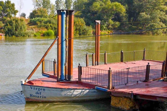 Barca de madera utilizada como medio de transporte entre Boquiñeni y Pradilla.