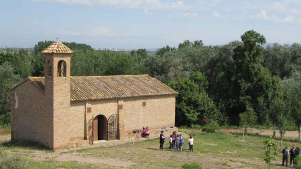 Personas caminando hacia la ermita de Peramán en romería