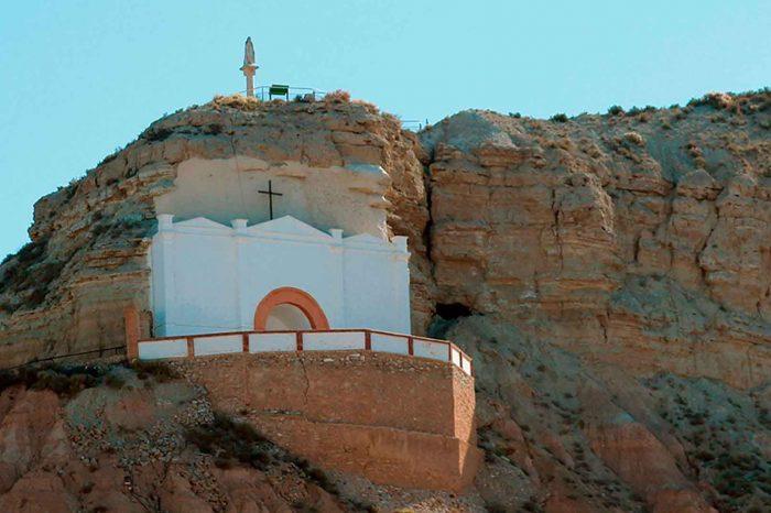 Exterior de la ermita excavada en la roca de Remolinos