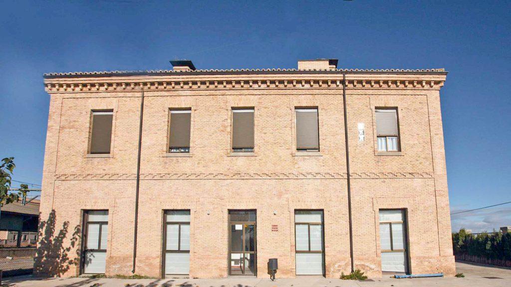 Fachada exterior de la antigua estación de ferrocarril de Gallur.