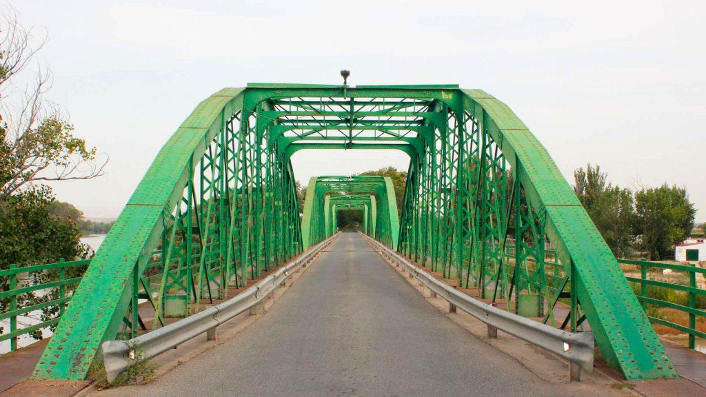 Interior del puente de Gallur con una carretera y espacio para peatones.