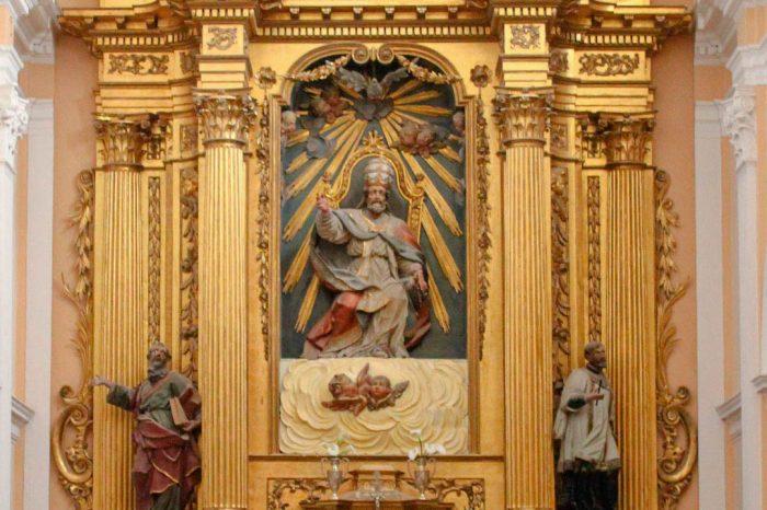 Retablo mayor de estilo barroco clasicista en la iglesia de San Pedro de Antioquía de Gallur.
