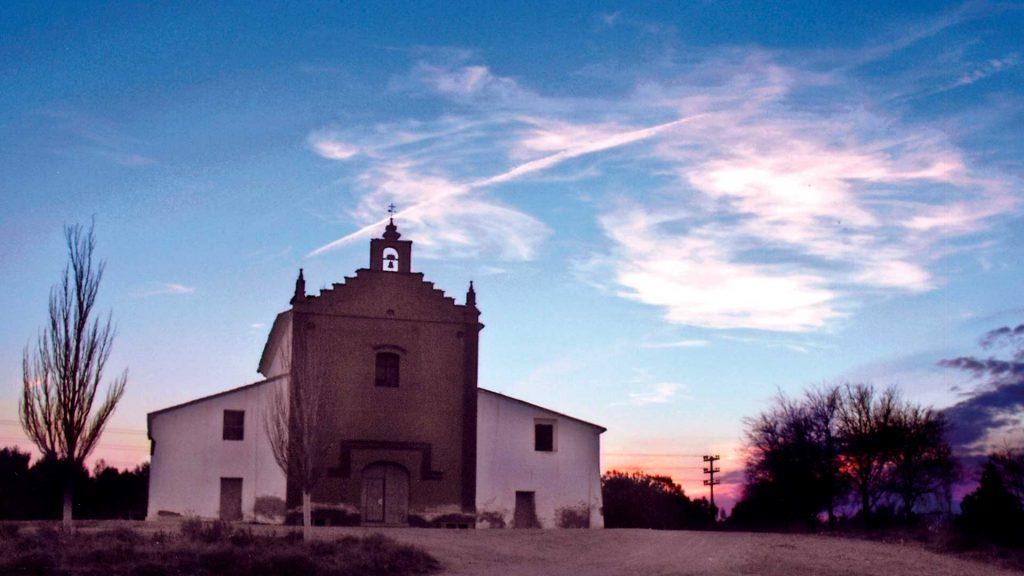 Fachada de la ermita de la Virgen del Pilar del Monte a las afueras de Pedrola.
