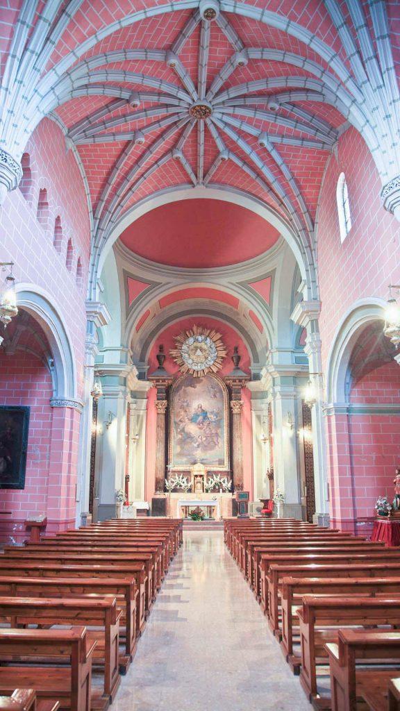 Interior de la iglesia de planta de cruz latina de Nuestra Señora de los Ángeles en Pedrola.