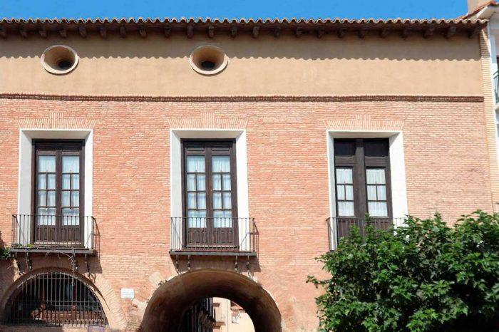 Fachada neoclásica del palacio de los duques de Villahermosa de Pedrola.