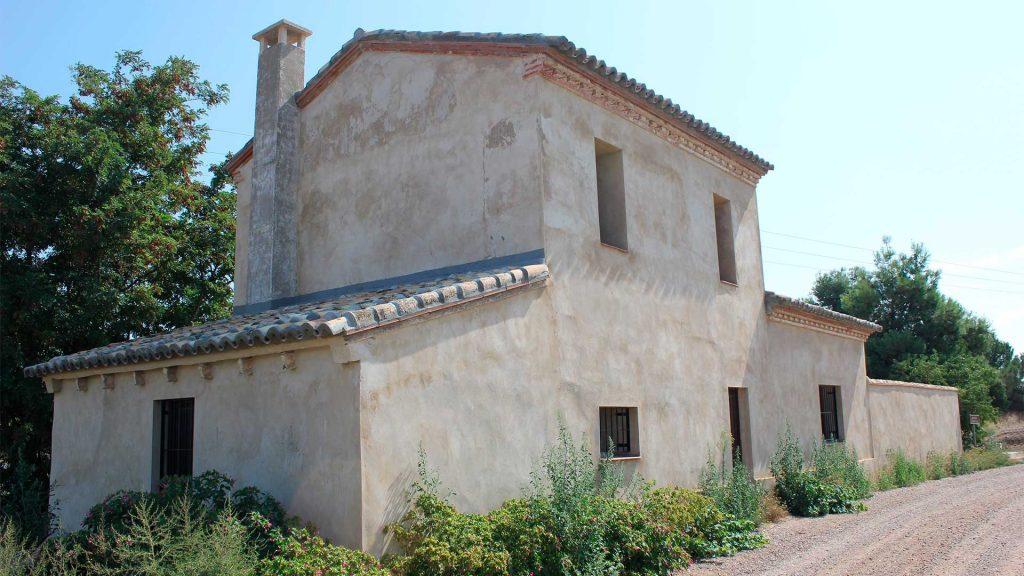 Fachada de la almenara de Santa Emilia del Canal Imperial de Aragón en Pinseque