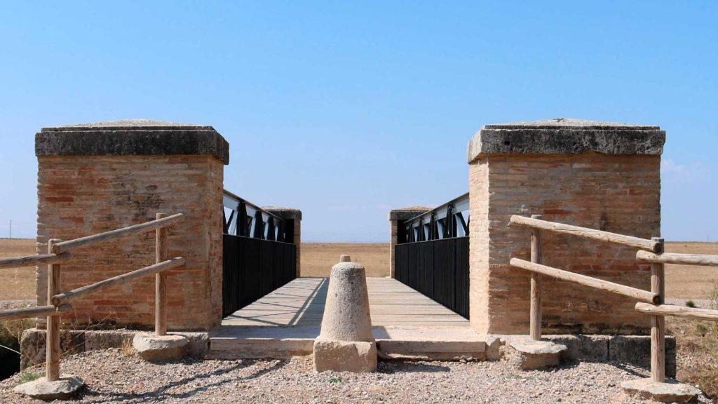 Vista frontal del puente Jubo sobre el Canal Imperial de Aragón en Pinseque
