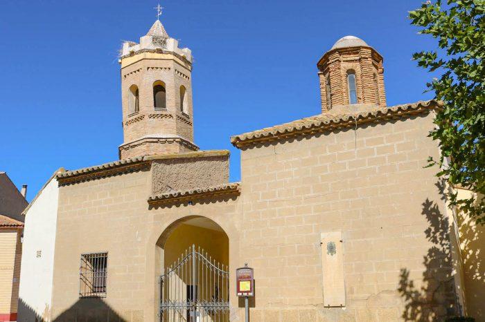 Fachada de la iglesia gótico mudéjar de Nuestra Señora del Rosario en Pradilla de Ebro.