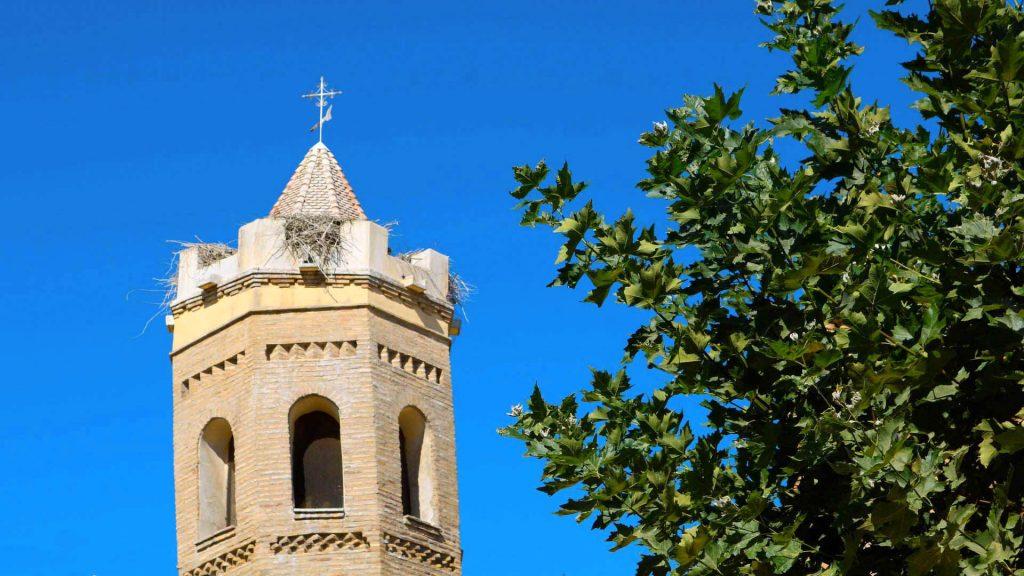 Torre campanario de planta octogonal en la iglesia de Nuestra Señora del Rosario en Pradilla de Ebro.