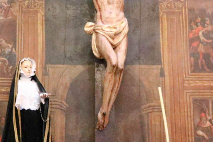 Escultura del santo Cristo de Gracia de madera en el retablo de la iglesia de Pradilla de Ebro.