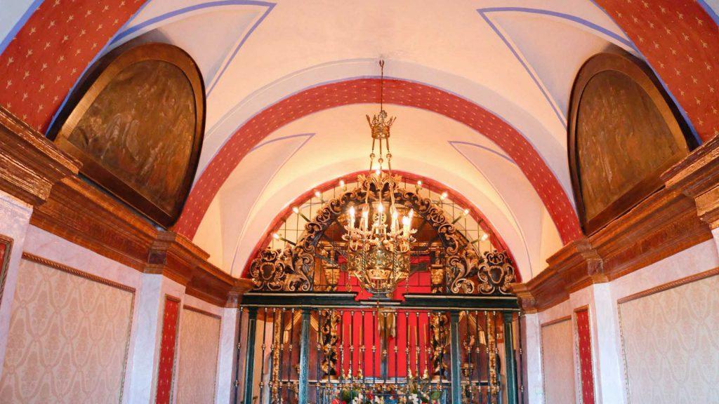 Interior de la nave de la ermita del Santo Cristo de la Cueva de Remolinos.