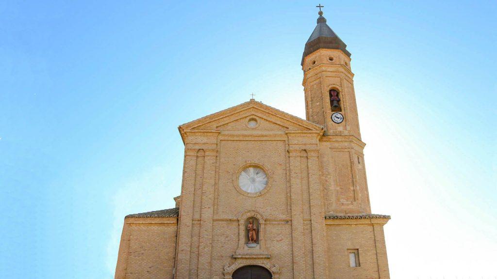 Fachada de la iglesia barroca de San Juan Bautista en Remolinos.