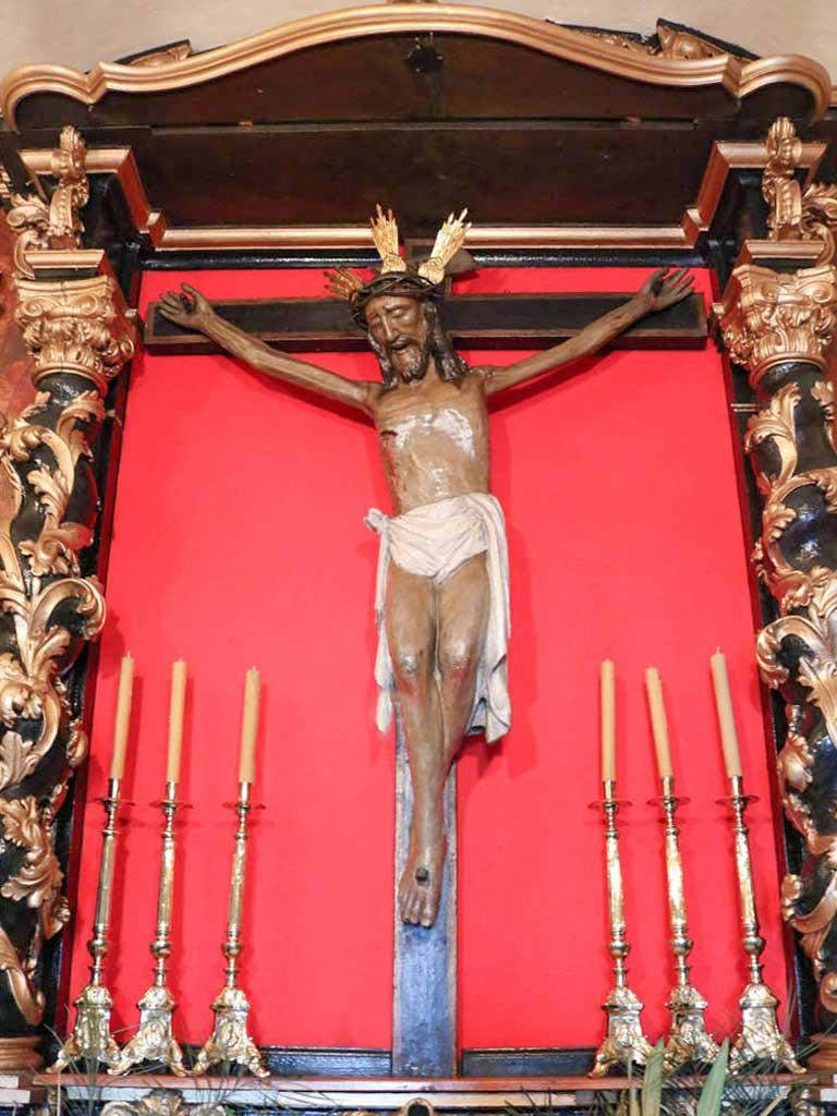 Escultura de Cristo sobre la cruz en la ermita del Santo Cristo de la Cueva en Remolinos.