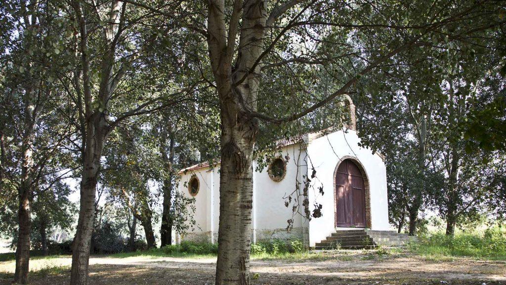 ermita de Pradilla entre arboles