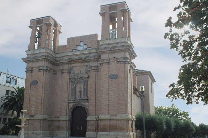 Fachada de la iglesia de Santiago Apóstol en Sobradiel